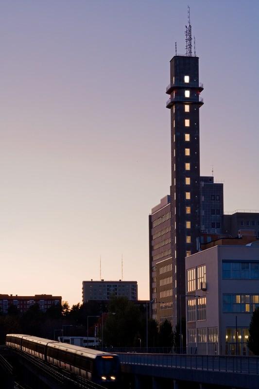 Tunnelbanan och Radiotornet i kvällsljuset